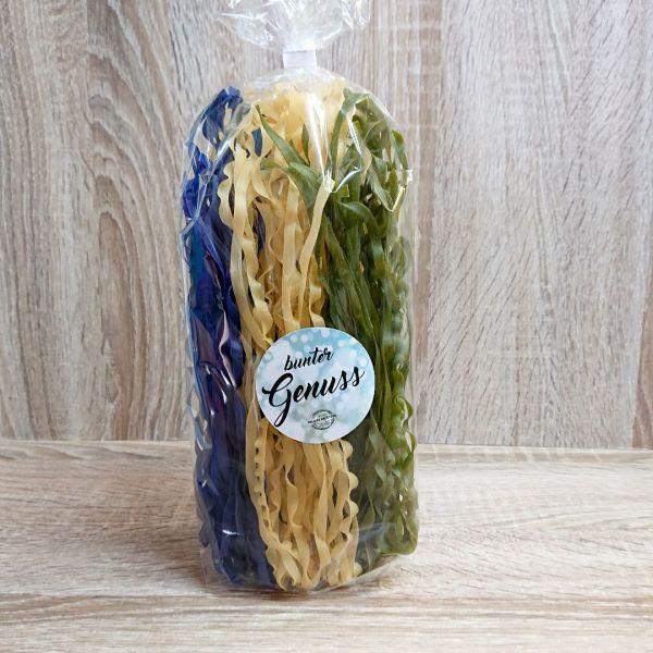 bunter Genuss: blau-weiß-grüne breite Spaghetti